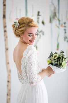 Hochzeitsinspiration für den Frühling Fotografie: Nadine Saupper Photographie Brautkleid: Victoria Rüsche Blumenschmuck und Deko: Froschkönig der Blumenladen Haare und Make-Up: Beauty style and more Model: Cecilia