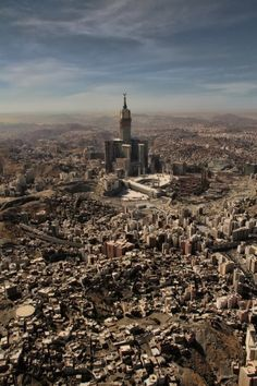 I've never seen an aerial view like this one. Beautiful - Makkah, Saudi Arabia *Peace between millions of Muslims, Christians, Buddhists - we are being manipulated against one another slow wars by The United States of Israel * Places To Travel, Places To See, Moslem, Masjid Al Haram, Mekkah, Beautiful Mosques, Islamic Architecture, World Cities, Saudi Arabia
