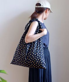 Triangle Bag, Japanese Quilts, Textiles, Minne, Quilting Projects, Purses And Bags, Tote Bag, Sewing, Fabric