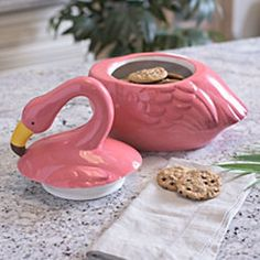 Bring a bit of colorful summer time fun to your kitchen space with our Pink Flamingo Cookie Jar. A festive flamingo design makes this a great countertop piece. Flamingo Gifts, Flamingo Decor, Pink Flamingos, Flamingo Outfit, Tadelakt, Vintage Cookies, Pink Bird, Everything Pink, Cookies Et Biscuits