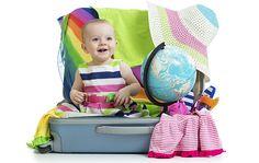 Vor dem Familienurlaub heißt es erst einmal Koffer packen. Gerade wenn man mit Baby oder jüngeren Kindern verreist, nimmt ein bisschen Planung den Stress aus der Urlaubsvorbereitung. Eine Kofferpackliste kann dabei gute Dienste leisten.