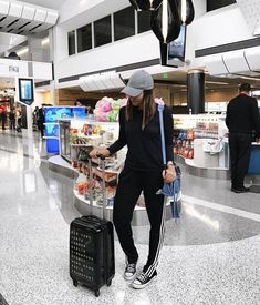 comfortable and stylish outfits for long-haul flights – travel outfit plane long flights Airport Travel Outfits, Travel Outfit Spring, Travel Wear, Travel Style, Airport Luggage, Cute Travel Outfits, Travel Ootd, Airport Fashion, Summer Outfits