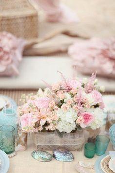 Otro arreglo en colores pastel elaborado con rosas de distintos tamaños y colores. Los centros de mesa florales más románticos para bodas. Imágenes: Style Me Pretty.
