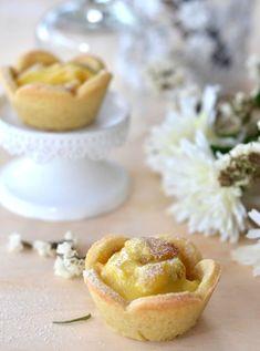 Tartellette di pasta frolla con crema pasticcera e frutta