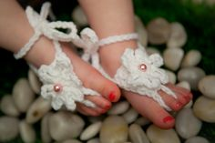 To cute! I want to learn how to make these! Baby Sandals, Bare Foot Sandals, Crochet Barefoot Sandals, Crochet Shoes, Kid Styles, Pretty In Pink, Cool Kids, Little Ones, Crochet Baby