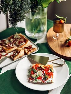 Something sweet, something savory and something warm. Quick-to-prepare pies and a hot citrus-flavored ginger toddy are easy and adaptable multi-purpose dishes for the festive season. Mushroom Salad, Tart Taste, Cheese Tarts, Smoked Salmon, Something Sweet, 4 Ingredients, Winter Season, Tray Bakes, Sour Cream