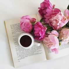 Cand ai nevoie de rasfat pentru o zi mohorata. Flori, cafea si o carte buna. 🌺🌧 Floral Design, Bouquet, Bride, Garden, Wedding Bride, Garten, Bridal, Floral Patterns, Bouquet Of Flowers