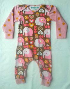 Jumpsuit van Enemenemeins olifantjes bio jersey met roze gestipte mouwen van Nosh organics.