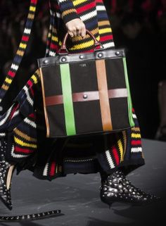 Fall 2018 Fashion Shows & Designer Collections. All the runway shows including ready-to-wear, couture, and men's in one place from Paris, Milan, London & New York fashion weeks Autumn Fashion 2018, Paris Fashion, Runway Fashion, Fashion Show, Fall Handbags, Sonia Rykiel, Bago, Fall 2018, Designer Collection