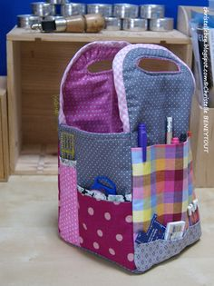 Petit panier de couture - luckily pictures for those challenged in the French language . trawlling those memory banks! Sewing Hacks, Sewing Tutorials, Sewing Projects, Tutorial Sewing, Diy Sac, Sacs Diy, Sewing Baskets, Gift Baskets, Craft Bags