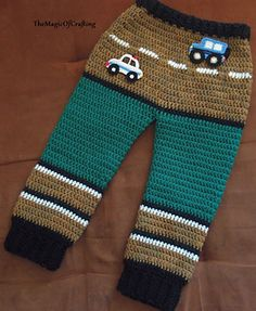 This is free crochet pattern for toddler pants. The size is for 4-5 years old toddler (can be slightly adjusted to fit smaller/bigger kid).