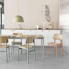 LOFT est une chaise qui s'inspire directement des anciennes chaises d'écolier. Avec son assise et son dossier en contreplaqué de chêne, sa structure tubulaire en acier laqué, LOFT est simple et solide avec design de type industriel. LOFT combine les matériaux froids et chauds avec sa base en acier aux teintes pâles et douces et son siège et dos en chêne. Loft chair convient aux espaces privés (salle à manger, cuisine, chambre...) et publics (salle de réunion, bureau, cafétéria...).