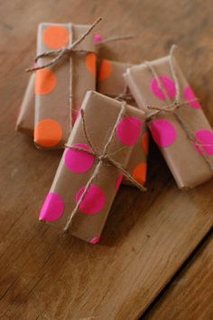 Gift wrapping ideas for family DIY wrapping paper: kraft paper and neon dot stickers Diy Wrapping Paper, Wrapping Ideas, Gift Wrapping, Kraft Paper Christmas Wrapping, Pretty Packaging, Gift Packaging, Packaging Ideas, Packaging Design, Craft Gifts