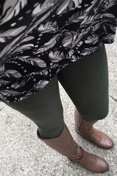 Can never go wrong with olive green solid leggings! Pin discovered by LuLaRoe Jenn Freridge. Find me on fb! Leggings Outfit Winter, Legging Outfits, Fleece Leggings, Trendy Outfits, Cute Outfits, Lula Roe Outfits, Long Sweaters, Autumn Winter Fashion, Winter Outfits