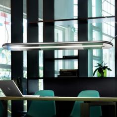 Erleben Sie die futuristische und gleichzeitig höchst elegante Form der Oasi SO 100 Pendelleuchte des italienischen Leuchtenherstellers Morosini.