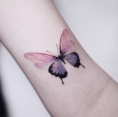 Butterfly Tattoo Ideas For Men and Women - Bein Kemen Butterfly Tattoos Images, Butterfly With Flowers Tattoo, Butterfly Hand Tattoo, Butterfly Tattoo Designs, Tattoo Designs Men, Butterfly Design, Mini Tattoos, Body Art Tattoos, Small Tattoos