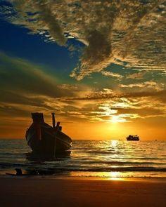 Pra acompanhar esse belo dia de hoje um belo pôr do sol diretamente de Koh Tao. Bom final de dia a todos nós. #calçathai #tailândia #kohtao #pôrdosol #sol #natureza #praia #culturatailandesa #agradecimento #meditação