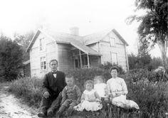 Johan Eriksson, Karlsbäck, änkeman med tre barn, Thorsten, Ingeborg och Ingegerd Johansson. Till höger pigan Selma Adersson.