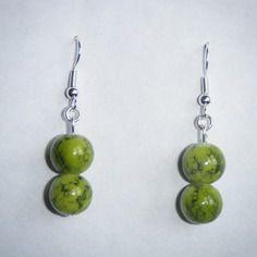 Boucles d'oreilles doubles perles en verre vertes marbrées noires