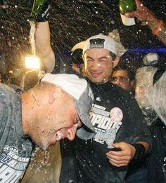 2012.10.05 ジーター(左)にシャンパンをかけ喜ぶイチロー。覚悟の移籍が実を結び、最高の笑顔をみせた