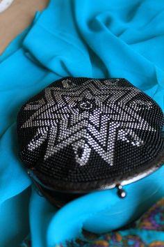 Как вязать круглую сумочку с бисером - много советов и мастер-классов. Обсуждение на LiveInternet - Российский Сервис Онлайн-Дневников Beaded Purses, Beaded Bags, Crochet Purses, Knit Or Crochet, Bead Crochet, Crochet Stitches, Embroidery Jewelry, Beaded Embroidery, Peyote Stitch Patterns