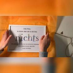 1. Hinter dem geplotteten Ausschnitt Geldscheine mit Klebepads befestigen. (Motive zu vielen Anlässen möglich) 2. Personalisierung immer möglich 3. Vollholzbilderrahmen (zur Auswahl steht Glas oder Acrylglas) weiß, schwarz oder braun 4. Nach der Geldentnahme ein schöner Hingucker an der Wand. Brown, Black, Kraft Paper, Cash Gifts, Picture Frames
