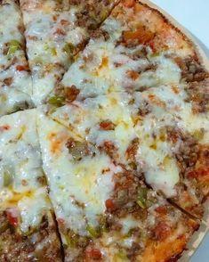 Hayırlı sabahlar🙋🙋🙋 Tavada pratik pizzam bu sefer kıymalı. Hem çok pratik hem de çok lezzetli👌 İsterseniz pizza malzemeleriyle isterseniz… Hawaiian Pizza, Cheese, Food, Instagram, Essen, Meals, Yemek, Eten