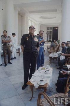 Sukarno at National Palace Hari Hari, Hijab Drawing, Vintage Artwork, Great Leaders, History Photos, Historical Pictures, Founding Fathers, My Favorite Part, World History