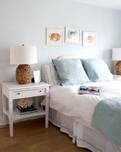 控えめなブルーグレーのベッドリネンなら、白い家具と良く似合いセンス良くまとまります。ヘッドボードの上の蟹のアートや、流木を使ったナイトスタンド、サイドテーブルに置かれたサンゴの置物など、インテリアも海を感じさせるものをチョイスしています。