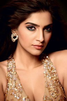 Get the look: Sonam's goddess-like glow Bollywood Girls, Bollywood Stars, Bollywood Actress, Indian Celebrities, Bollywood Celebrities, Bollywood Designer Sarees, Celebrity Makeup Looks, Beauty Trends, Beauty Tips