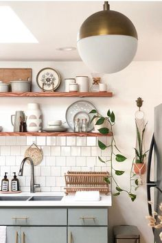 We are in love with this bright, beautiful bohemian kitchen. Our Powell lamp blends in perfectly with the chic design and pretty colors! Bohemian Kitchen Decor, Rustic Kitchen, Earthy Kitchen, Kitchen Shelf Decor, Scandinavian Kitchen Backsplash, Open Shelving In Kitchen, Kitchen Storage, Modern Kitchen Decor, Bohemian Apartment Decor