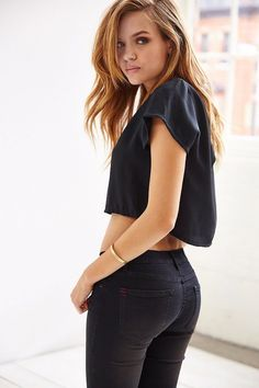 Josephine Skriver in BDG Bootlegger Low-Rise Jean - True Josephine Skriver, Superenge Jeans, Sexy Jeans, Black Jeans, Skinny Jeans, Sporty Outfits, Cute Outfits, Mädchen In Leggings, Hottest Redheads
