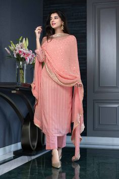 Casual Indian Fashion, Pakistani Fashion Party Wear, Pakistani Dresses Casual, Indian Fashion Dresses, Dress Indian Style, Pakistani Dress Design, Indian Designer Outfits, Designer Kurtas For Women, Indian Outfits