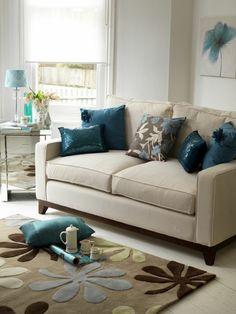 Wohnzimmer Dekokissen Beiges Sofa Teppich Florale Elemente