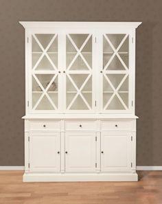 Nydelig og innholdsrikt Raffles vitrineskap i hvitmalt bjørk. Overdelen har 4 hyller og dekorative dører, og underdelen har 3 skuffer og 3…
