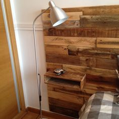cabezal de la cama hecho con madera de palets ,incluido las mesitas Wood Pallets, Pallet Wood, Bed Frame, Wall Lights, Sweet Home, Bedroom Decor, Interior, House, Inspiration