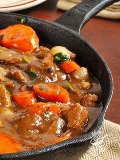 Lo Spezzatino alle verdure è un secondo di carne gustosissimo, che deriva dalla tradizione rustica contadina. Assaggiatelo: è superlativo!