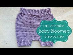 Baby Bloomers er must-have til din baby. De er brede, elastiske og har bindebånd, de kan derfor bruges over en lang periode. Se video-opskriften i indlæget. Crochet Mitts, Baby Bloomers, Crochet Baby Clothes, Crochet Videos, Baby Knitting Patterns, Crochet For Kids, Diy Baby, Cloth Diapers, Clothing Patterns