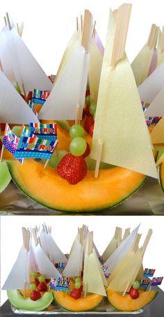 Gezonde traktatie voor op school, met meloen, aardbei en druif en een zeiltje van snoeppapier
