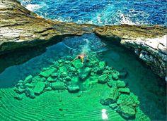 Localizada na ilha de Thassos, na Grécia, trata-se de uma belíssima lagoa natural de águas mornas, tal qual uma piscina esculpida nas rochas. Incrível o que a natureza não faz, não?!