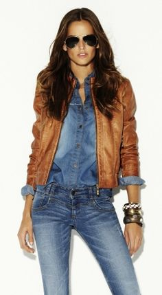 total denim con cuero beige
