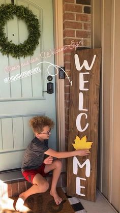 Welcome Signs Front Door, Wooden Welcome Signs, Front Porch Signs, Diy Wood Signs, Wood Signs For Home, Front Porches, Christmas Signs Wood, Christmas Diy, Holiday