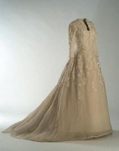 The Bridal Fashion Week for 2020 has come and gone, and it did not disappoint. If you love the classic style of Audrey Hepburn and other mid-century classic Vestidos Vintage, Vintage Gowns, Mode Vintage, Vintage Bridal, Vintage Outfits, Vintage Weddings, Bridal Skirts, Bridal Gowns, Wedding Gowns