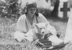 Prinzessin Ileana von Rumänien, Princess of Romania Romanian Royal Family, Royal Family Trees, German Spitz, Spitz Dogs, Japanese Spitz, American Eskimo Dog, Old Images, Vintage Dog, Dog Photos