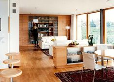 Der Fehler: Räume, die mehrerenZwecken dienen, also etwa Wohnen und Essen, wirken oft wie eine planloseAnsammlung von Möbeln und Stilen. EinZimmer, dem es...