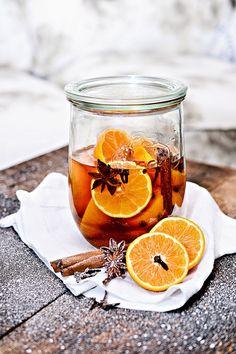 Jeśli chcecie cieszyć się smakiem i zapachem podczas tegorocznych Świąt, nastawcie już dziś likier mandarynkowy, pachnący korzennymi przypra... Winter Drinks, Summer Drinks, Cocktail Drinks, Alcoholic Drinks, Juice Plus, Polish Recipes, Irish Cream, Smoothie Drinks, Yummy Eats