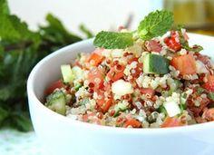 """Que tal abrir o apetite com o <a href=""""http://www.mdemulher.abril.com.br/culinaria/receitas/receita-de-tabule-quinoa-781706.shtml"""" target=""""_blank"""">tabule de quinoa</a>? Ao invés de usar a tradicional farinha de trigo para quibe, você usa os grãos que só t"""