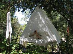 Diese Outdoor-Schaukel als Bett wirkt durch den Baldachin besonders romantisch