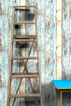 Wood effect   La bellezza dell'usato si riflette in questa #cartadaparati che imita il legno vecchio. Starà benissimo in decorazioni stile #rustico: l'effetto consumato, il mix di colori…veramente realistico. Mod. Wood Effect. #cartadaparatideglianni70 #casaantica #arredamento #arredamentointerni Rustic Wallpaper, Wallpaper Decor, Wallpaper From The 70s, Passion Deco, Style Rustique, Deco Addict, Inspiration Wall, Old Wood, Color Azul