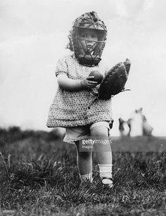 Small girl as a baseball player, America, Photograph, 1932 (Photo by Imagno/Getty Images) [Kleines M?dchen als Baseballspieler, Amerika, Photographie, 1932]